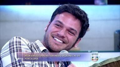 Emílio Dantas tem medo de bonecas de porcelana - 'Estou nervoso com esse negócio aqui', diz ator ao ver uma boneca no palco do Encontro