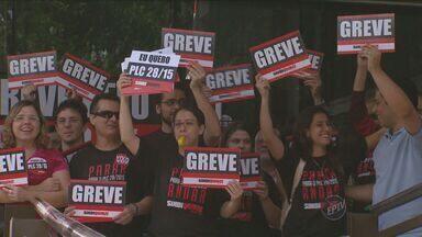 Em greve, servidores da Justiça do Trabalho instensificam movimento - A paralisação teve início no dia 22 de junho de forma parcial. O tribunal informou que das 380 audiências previstas para esta segunda-feira (20) e terça-feira (21), 130 foram remarcadas.