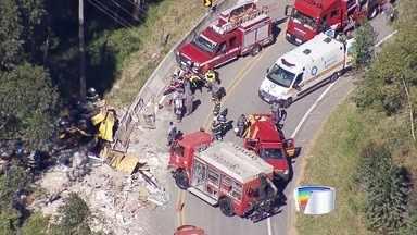 Caminhão desgovernado atropela quatro operários que trabalhavam em rodovia - Acidente foi na SP-88 em Paraibuna. Dois morreram