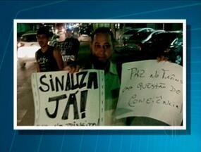 Moradores de Saquarema, RJ, convivem com problemas de sinalização de trânsito - As maiores reclamações dos habitantes da cidade são a falta de faixa de pedestres e de placas. Segundo eles, o município não tem um semáforo sequer.