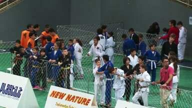 Ontem teve a terceira etapa do paranaense de Jiu-Jitsu em Guarapuava - Mais de 800 atletas participaram da competição. Essa foi a segunda vez que a cidade sediou uma etapa do paranense.