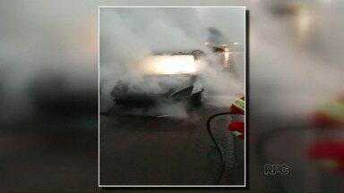 Carro pega fogo na BR-277 - O telespectador flagrou o momento em que o veículo era consumido pelas chamas, na rodovia perto de Santa Terezinha de Itaipu.