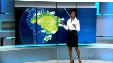 Sudeste do Brasil deve ter mudança brusca de temperatura nos próximos dias - Uma frente fria vai se deslocar pro litoral da Região Sudeste. Em São Paulo, pode chover logo na manhã de terça (23). O dia começa com 14 graus e, à tarde, faz 21 graus. O Rio tem 90% de chance de receber a visita da chuva na terça à noite.