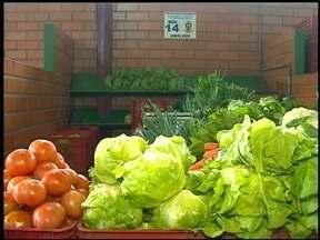 Feirantes contam como é a rotina na produção de frutas e verduras - Os alimentos são vendidos na Feira do Produtor em Erechim, RS.