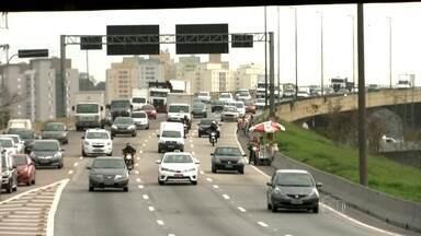 Motoqueiros desrespeitam novos limites de velocidade nas marginais - O SPTV percorreu as marginais Tietê e Pinheiros na manhã desta terça-feira (21) e flagrou motoqueiros circulando acima da velocidade e ambulantes correndo perigo na pista.