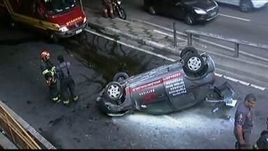 Carro cai na pista de saída da ligação Leste-Oeste na capital - O motorista, que teve apenas ferimentos leves, disse que foi atingido por outro carro.