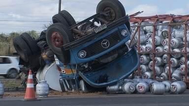 Instituto Brasília Ambiental multa o DNIT e empresas por acidente na BR-020 - O motorista de um caminhão, que transportava mais de 500 botijões de gás, perdeu o freio e bateu em máquinas que arrumavam o asfalto. O piche escorreu e atingiu um córrego.