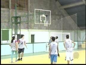 Grupo se reúne em Santo Anastácio para jogar basquete - Esporte tem regras diferentes e jogadas inusitadas.