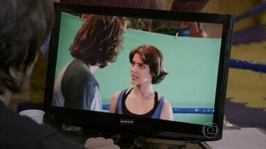 Pedro e Karina fazem uma reconstituição de sua história para Tande - A diretora começa a filmar o clipe da música sem que o casal perceba