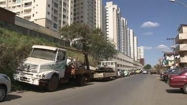 Vizinho usa rua como depósito de ferro velho no Guará - A população de uma rua no Guará não sabe o que fazer, pois um dos vizinhos decidiu fazer do local um depósito de ferro velho. E um depósito grande.