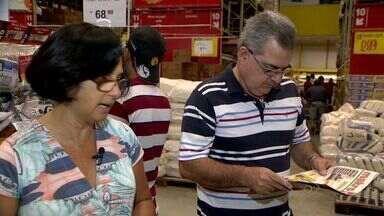 Busca por promoções garante lazer de famílias capixabas em crise, no ES - Pizza e churrasquinho estão sendo mantidos graças a pequenas ações de procura em supermercados.