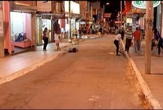 Dois homens armados assaltam joalheria no Centro de Montes Claros - Bandidos entraram no local e levaram vários objetos valiosos. Câmera do Olho Vivo identificou um dos suspeitos
