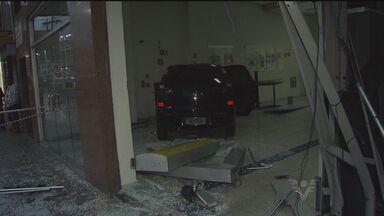 Motorista tem mal súbito e invade agência bancária com carro em SP - Homem toma remédios controlados e perdeu o controle do veículo.