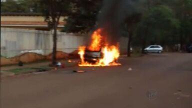 Carro é destruído por incêndio em Ribeirão Preto, SP - Motorista relatou à PM que havia acabado de estacionar, quando veículo pegou fogo.