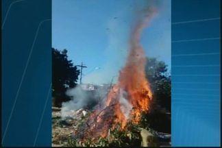Morador registra fogo em lixo no Bairro Porto Velho em Divinópolis - Moradores juntaram lixo e atearam fogo, disse testemunha. No entulho havia sofá, madeira e materiais de construção.