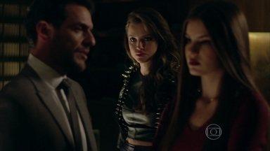 Alex consegue despistar Giovanna - Pia conhece Carolina, que se oferece para ajudar na preparação do jantar