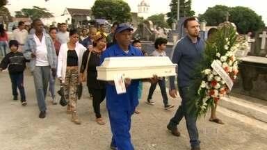 Corpo do bebê atropelado em Cordovil é enterrado - O ônibus que matou um bebê atropelado em Cordovia, estava com vistoria atrasada desde 2013.