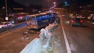 Polícia investiga acidente com ônibus que caiu de viaduto em São Gonçalo - A perícia já foi feita no local e a polícia busca imagens de câmeras da região para ajudar na investigação. O motorista fazia uma curva quando foi surpreendido por com um carro parado no meio da via. Segundo testemunhas, chovia na hora do acidente.