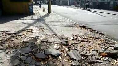 Padronização de calçadas é discutida pelo Instituto de Arquitetos do Brasil - É grande o número de reclamações sobre calçadas no Rio. Buracos, piso irregular ou desnivelado e falta de pavimento estão entre os problemas denunciados pela população.