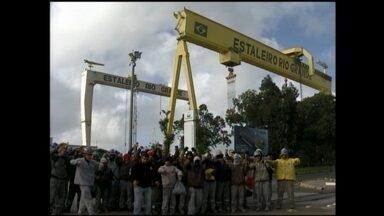 Trabalhadores de empresa que presta serviço ao estaleiro Rio Grande, RS, protestam - Funcionários reclamam de atraso nos salários e no repasse de benefícios