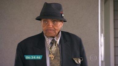 Pai do cantor Michael Jackson está internado em hospital de SP - Joe Jackson sofreu um AVC e está internado na UTI do Hospital Albert Einstein. Ele veio ao Brasil pra comemorar o aniversário de 87 anos.