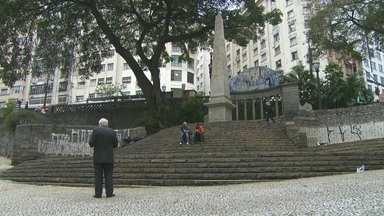 Pichação e sujeira tomam conta de monumento na capital - O monumento mais antigo da capital está praticamente abandonado. O obelisco do Largo da Memória e toda a redondeza tem sujeira, muita pichação e água parada.