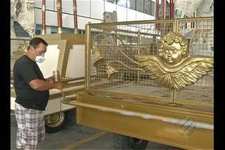Carros de promessas do Círio de Nazaré passam por restauração em Belém - Carros são considerados elementos tradicionais da festa da fé do povo paraense e recebem objetos de devoção dos fiéis.