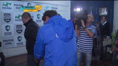 Polícia prende cobradores de ônibus que inventaram assalto em Curitiba - Eles foram à delegacia fazer um boletim de ocorrência de roubo na estação tubo onde trabalham. Durante os depoimentos, eles caíram em contradição e acabaram presos em flagrante.