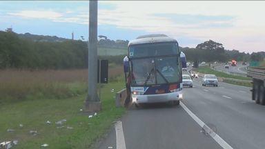 Passageiros de ônibus interurbanos desembarcam em locais irregulares - Ao longo da Rodovia Dom Pedro, em muitos locais não há pontos de ônibus. Por isso algumas pessoas acabam esperando na beira da pista.