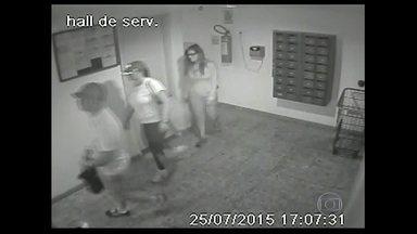 Grupo que assalta apartamentos de luxo em Niterói é procurado pela polícia - Os criminosos entram nos prédios como se fossem moradores e roubam dinheiro, joias e a té perfumes usados. Segundo a polícia, eles percorrem os edifícios em busca de apartamentos vazios. Câmeras de segurança registraram a ação do grupo.