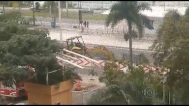 Tubulação de gás explode e assusta moradores da Barra da Tijuca, na zona oeste - A explosão aconteceu na avenida Embaixador Abelardo Bueno, na altura do Condomínio Rio II. De acordo com a CEG, a rede de gás foi atingida acidentalmente por uma obra que acontece no local.