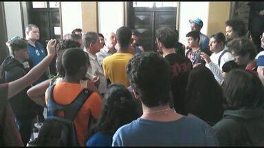 Grupo faz protesto contra o aumento da tarifa de ônibus em Ribeirão - Movimento quer a redução na tarifa que hoje é de R$ 3,40 para R$ 3.