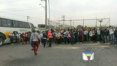 Terceirizados da LG fazem protesto - Funcionários ficaram concentrados na porta da unidade em Taubaté