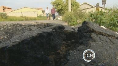 Moradores reclamam de buracos em rua do Estoril em Taubaté - Local recebeu asfalto novo duas vezes, mas não durou