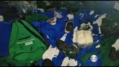 Escola desativada de Seropédica guarda uniformes, livros e computadores abandonados - Os moradores ficaram indignados e também reclamaram que o município não tem transporte escolar.