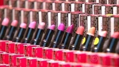 No dia do batom, mulheres explicam a paixão por esse item essencial da maquiagem - Para muitas mulheres, estar de batom é tão importante como vestir uma roupa.