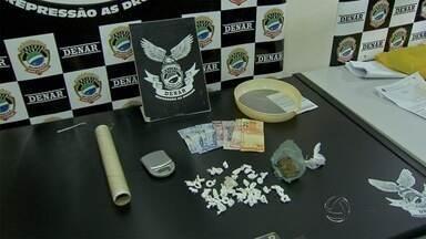 Jovem é preso após jogar papelotes de drogas em policiais - O crime aconteceu no bairro Noroeste. O suspeito de tráfico de drogas tentou fugir do local