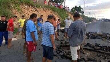 Protesto bloqueou trânsito na CE-060, em Guaiúba - Manifestação ocorreu após morte criança em acidente.