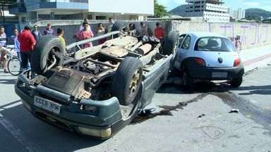 Caminhonete capota após colisão em cruzamento, em Vila Velha, ES - As três pessoas envolvidas foram socorridas por ambulâncias do Samu.Segundo testemunhas, o Ford Ka estava em alta velocidade.
