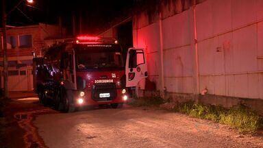 Prédio onde funcionava presídio feminino pega fogo no ES - Bombeiros encontraram depósito de máquinas caça-níqueis, em Cariacica. Segundo moradores, local está abandonado há quatro anos.