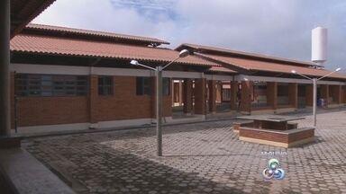 Escola de Ji-Paraná continua sem data para funcionar - Obra está atrasada há mais de um ano e ainda faltam mobílias. Investimento foi de mais de cinco milhões de reais.