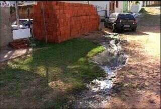 Falta de saneamento incomoda moradores do Crato - Morador de uma rua ao lado da secretaria de meio ambiente joga esgoto na rua e prejudicando os vizinhos.