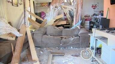 Moradores vizinhos à obra do Contorno estão preocupados - Nesta terça uma pedra de cerca de uma tonelada atingiu uma casa e feriu três