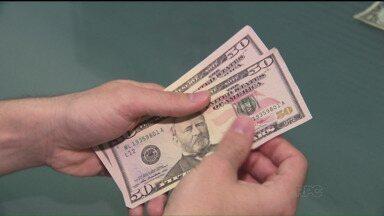 Dólar tem a maior alta dos últimos doze anos - Depois da quinta alta seguida, o dólar fechou nesta quarta-feira (29) em baixa, a R$ 3,33.