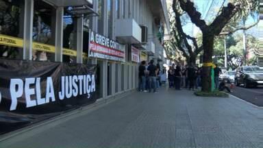Funcionários da justiça fizeram uma nova manifestação essa tarde em Maringá - Eles pedem derrubada do veto do projeto de lei complementar que recompõe as perdas financeiras da categoria.