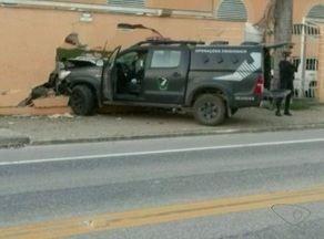 Viatura da Sejus se envolve em acidente em Cachoeiro, no Sul do ES - O veículo seguia do fórum da cidade para o centro prisional feminino, quando bateu forte no muro de uma empresa.