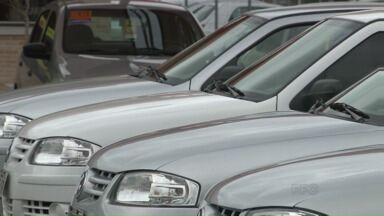 Em tempos de crise, consumidores preferem carros usados na hora da compra - Enquanto a venda de carros zero quilômetro caiu este ano. Na contramão, a venda de semi-novos aumentou nos seis primeiros meses deste ano.