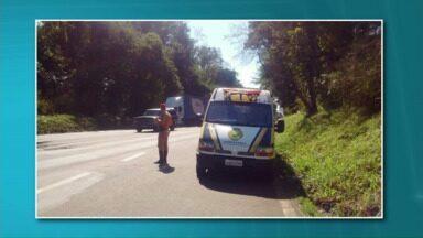 PRE apreende veículos em situação irregular nas rodovias de Cianorte - A polícia rodoviária estadual fez duas blitz nesta quarta-feira (29) nas estradas da região de Cianorte. Doze veículos foram apreendidos e 86 multas aplicadas por irregularidades.