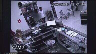 Dupla rouba R$ 4 mil em roupas de loja na zona norte de Ribeirão Preto - Câmeras de segurança flagraram ação dos suspeitos armados no bairro Ipiranga.