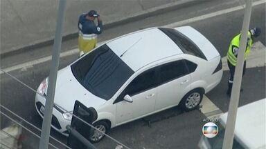 Carro com marca de tiro é encontrado em Madureira - O carro teria sido atingido durante tentativa de assalto no local. O veículo está na Rua Domingos Lopes, do lado do Morro do Campinho, em Madureira.